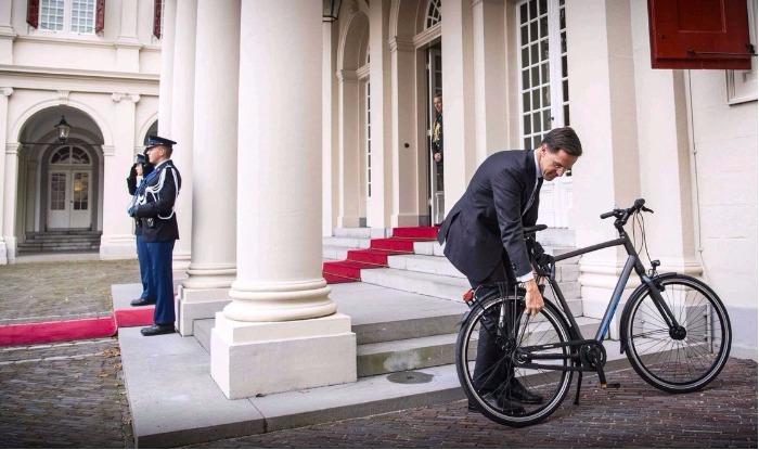 cycliste en costume