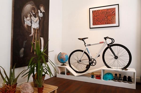 meuble design pour poser son vélo dans le salon