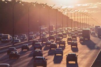 couché de soleil sur le trafic urbain dense qui provoque une grave pollution