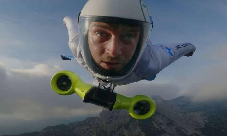Peter Salzmann vole avec la wingsuit électrique de BMW